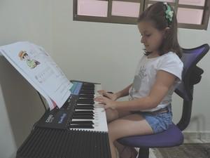 Mariana toca teclado e violão (Foto: Alan Schneider/G1)