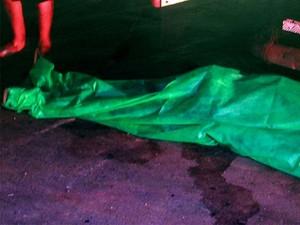 Corpo ficou caído ao lado do caminhão (Foto: Ellyo Teixeira/G1)