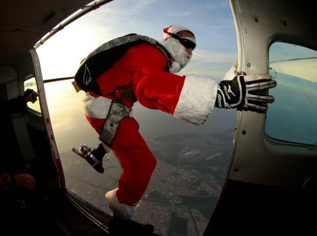 papai Noel paraquedista também saltou em Castanhal e Santarém (Foto: Tarso Sarraf/ O Liberal)