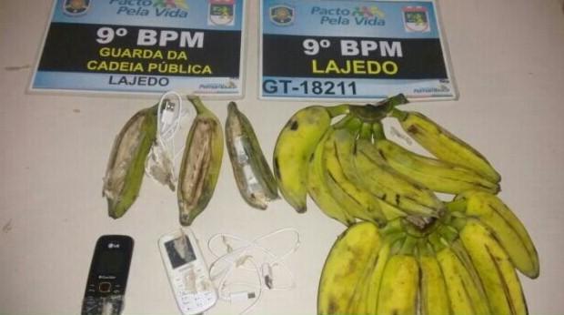 Celulares e carregadores foram encontrados dentro das bananas, em Lajedo (Foto: Divulgação/Polícia Militar)