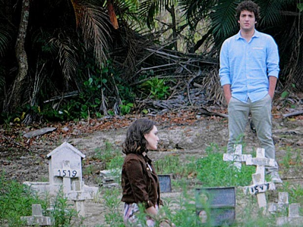 Elano acompanha Cida no cemitério (Foto: Cheias de Charme / TV Globo)