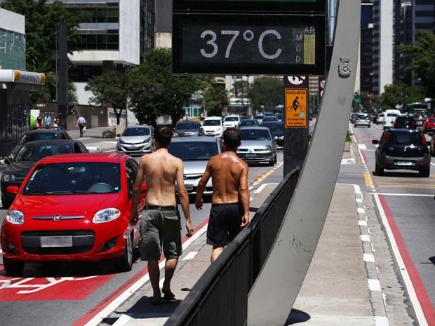 Calor na região da Avenida Paulista neste sábado (1º) (Foto: Renato S. Cerqueira/Futura Press/Estadão Conteúdo)