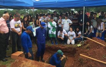 Corpo do cinegrafista Ari Júnior é enterrado em cemitério de Goiânia