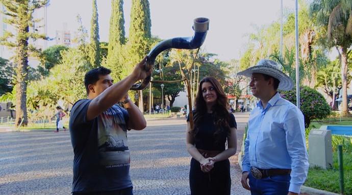 Cecília Ribeiro e Cuiabano Lima fizeram desafio do berrante (Foto: Carona)