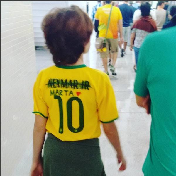 A camisa foi customizada: o nome de Neymar foi riscado e trocado pelo de Marta (Foto: Reprodução/ Instagram)