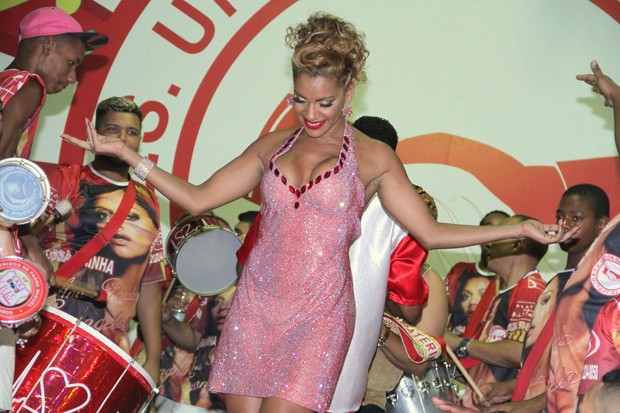 Ana Paula Evangelista é coroada rainha de bateria (Foto: Thyago Andrade / Foto Rio News)