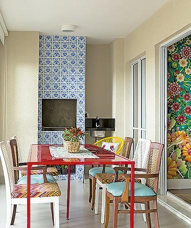 A varanda traz azulejos da De Stijl, mesa com pintura automotiva e cadeiras customizadas pela Santíssima Fé Marcenaria. Cesta da L'Oeil (Foto: Edu Castello/ Editora Globo)
