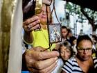 Fiéis prestam homenagens a Nossa Senhora do Carmo, no Recife