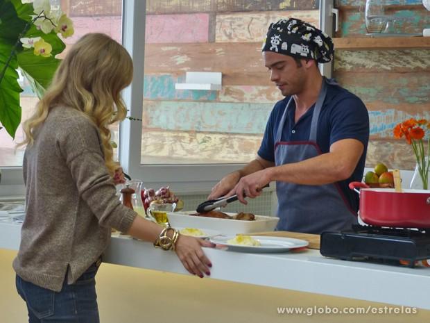 Campeão do Super Chef Celebridades mostra suas habilidades na cozinha (Foto: Estrelas/TV Globo)