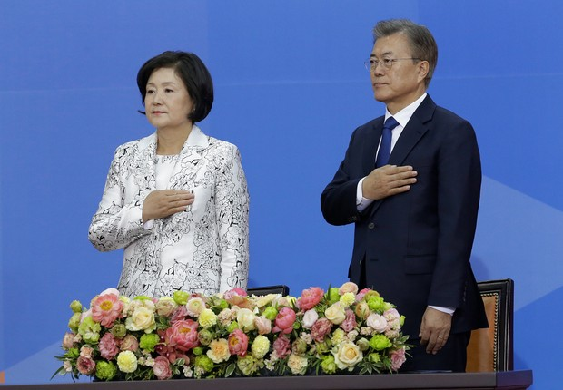 Moon Jae-in e sua esposa, Kim Jung-sook, durante a posse (Foto: Ahn Young-joon/Pool/Reuters)