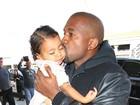 Que fofo! Kanye West dá beijo carinhoso na filha, North West