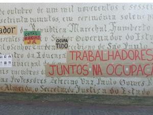 Cartazes colados durante nas paredes durante a ocupação ainda estão nas paredes. (Foto: G1/ Murillo Gomes)