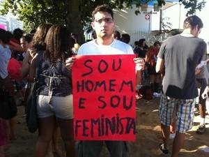 Alex levou cartaz para protestar (Foto: Christiano Ferreira/G1)