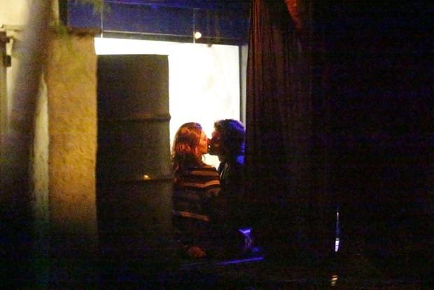 Isis Valverde com o namorado (Foto: Ag. News)