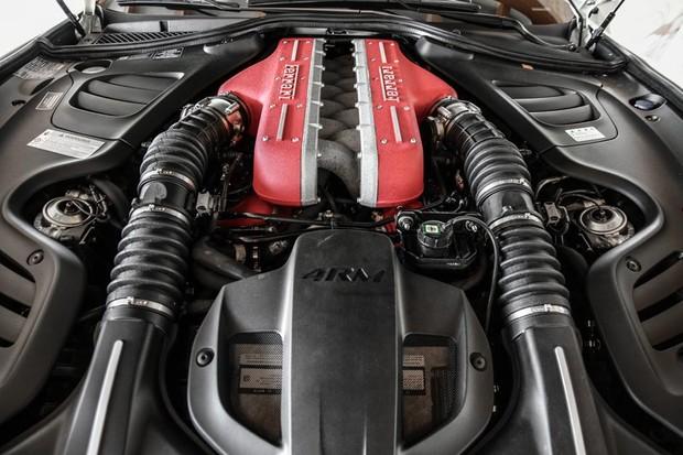 Motor V12 da Ferrari GTC4Lusso é aspirado e gira a até 8.250 rotações por minuto (Foto: Divulgação)