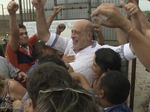Prefeito afastado de Santa Inês (MA) Ribamar Alves na saída de presídio no MA (Foto: Ubiratan Chagas/TV Mirante)