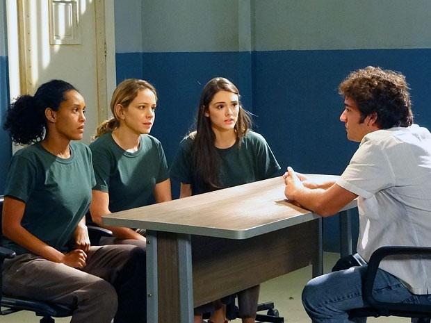 As ex-patroas dão as cartas! Elano diz ao trio o que elas precisam fazer por Sônia e Chayene (Foto: Cheias de Charme / TV Globo)