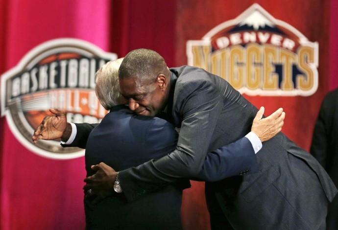 Mutombo abraça David Stern, ex-comissário da NBA, na cerimônia do Hall da Fama (Foto: AP Photo/Charles Krupa)