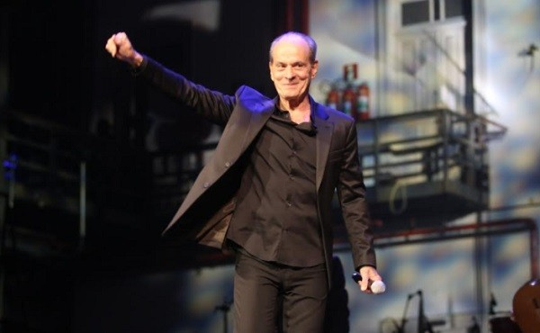 Ney, o homenageado desta edição do Prêmio da Música Brasileira, abriu e fechou a noite:  (Foto: Ag News)