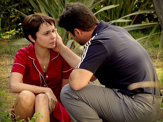 Nina chora no ombro do patrão (Foto: Avenida Brasil / TV Globo)
