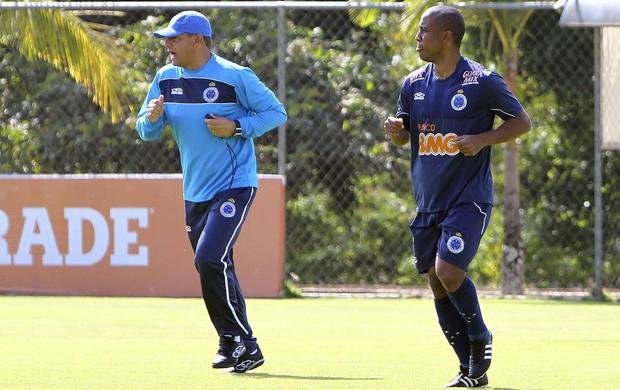 Técnico Celso Roth e atacante Borges, do Cruzeiro (Foto: Denilton Dias/ Vipcomm)