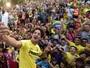 Pato é apresentado no Villarreal, cai nas graças da torcida e ganha patinhos