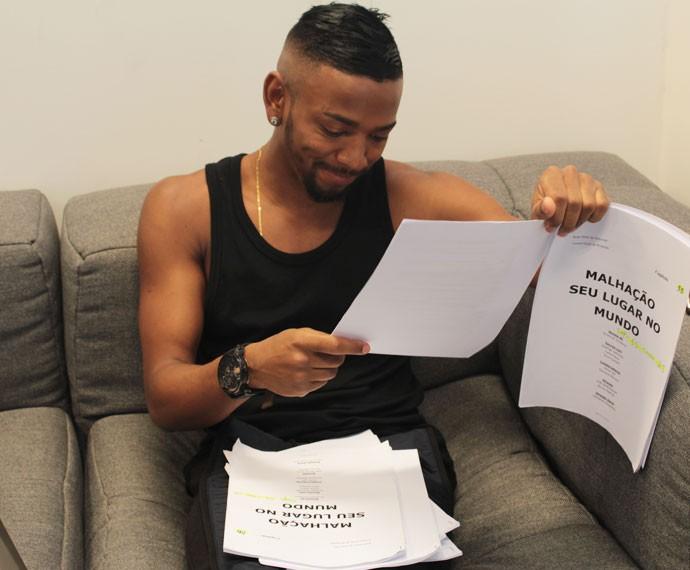 Nego do Borel se diverte na leitura de texto de seu personagem em Malhação (Foto: Bel Bonotto/Gshow)