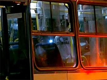 Ônibus onde morreu passageiro após brigar com motorista (Foto: Reprodução/TV Globo)
