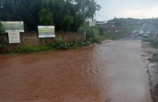 Cerca de 30 famílias tiveram de deixar suas casas após chuva forte em Ceres, Goiás (Foto: Reprodução/TV Anhanguera)