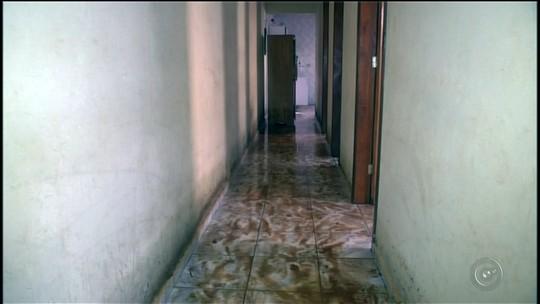Chuva alaga casas em Nova Campina e desaloja família em Itapeva, SP