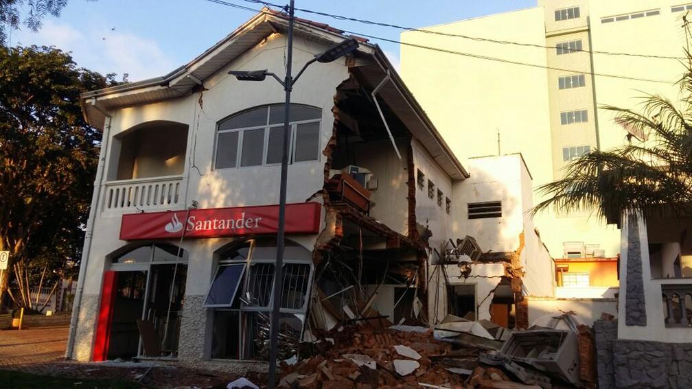 Imóvel ficou destruído após explosão de agência bancária em Camanducaia (Foto: Luiz Carlos de Souza)