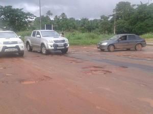 Buracos na via obrigam motoristas a reduzirem a velocidade (Foto: Alessandra Rodrigues/ Mirante AM)