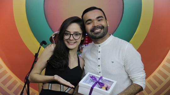 Ex-'The Voice Kids', Marcella Bártholo canta sucesso autoral 'Recomeçar' no 'Paneiro'
