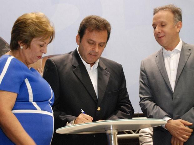 Governadora, prefeito e ministro das Cidades assinaram convênio para execução das obras em Natal (Foto: Marco Polo)