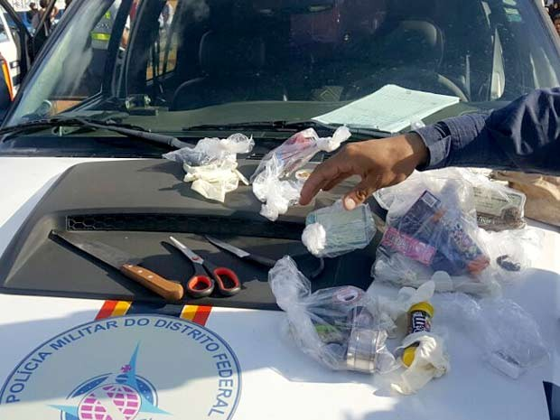 Drogas, facas e tesoura apreendidas durante Marcha da Maconha em Brasília (Foto: Polícia Militar/Divulgação)