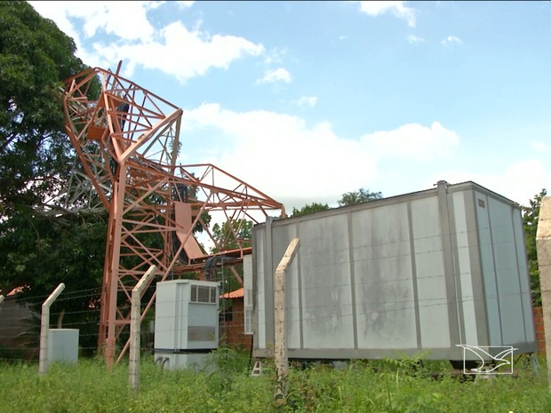 Torre de telefonia caiu sobre casa no bairro Caiçara (Foto: Reprodução/TV Mirante)