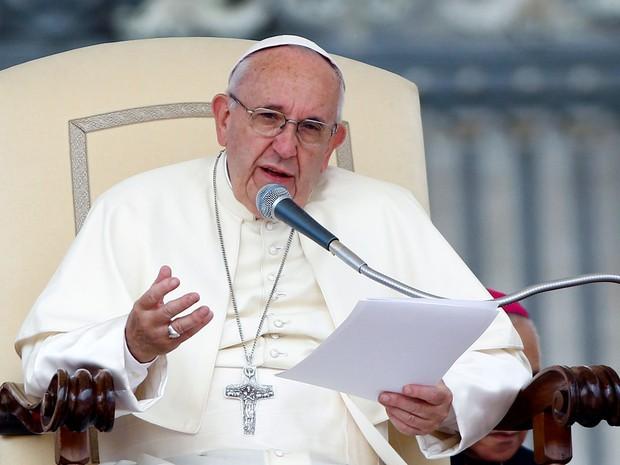 O Papa Francisco conduz audiência semanal na Praça São Pedro, no Vaticano, na quarta (21) (Foto: Reuters/Remo Casilli)