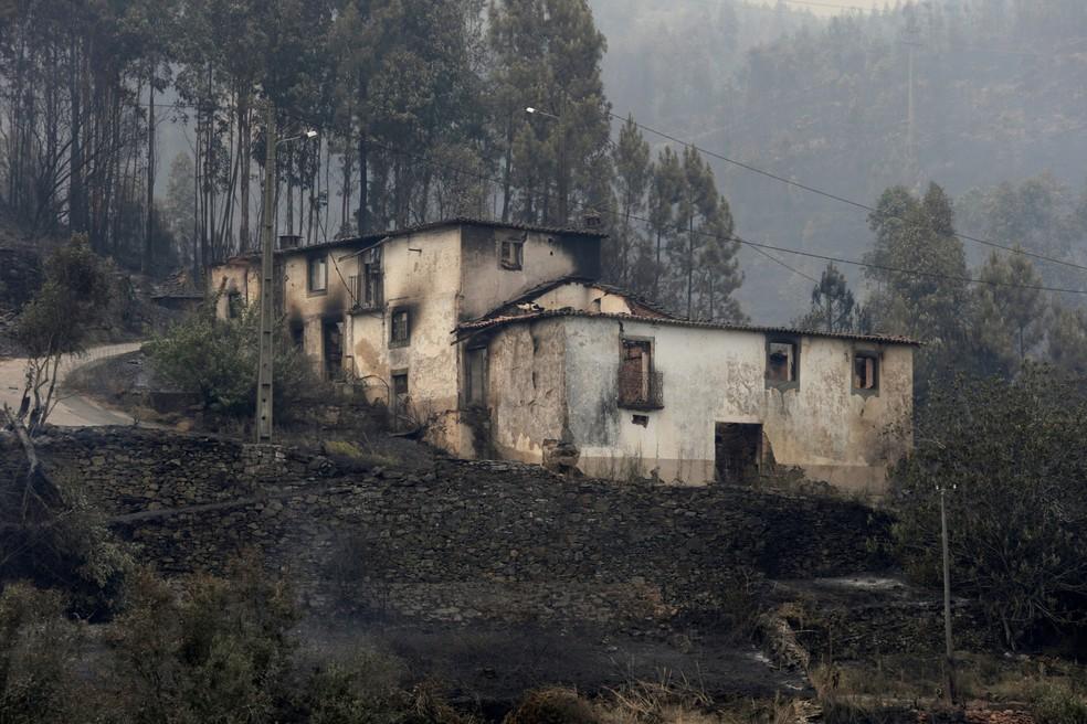 Casa é fica danificada após incêndio em Pedrogão Grande, em Portugal, neste domingo (18)  (Foto: Miguel Vidal/ Reuters)
