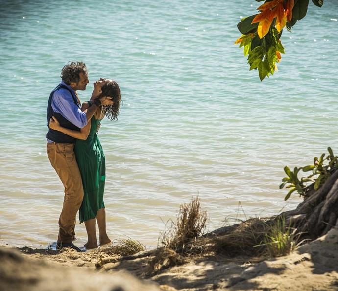 O casal se entrega a paixão (Foto: Inácio Moraes/Gshow)