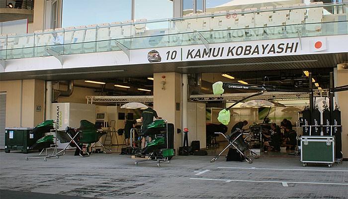 Placa Kamui Kobayashi boxes Caterham Abu Dhabi