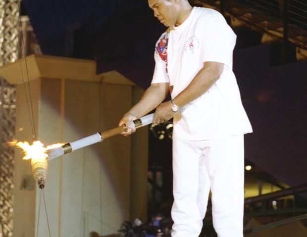 Muhammad Ali com a pira olímpica (Foto: Michael Cooper /Allsport)
