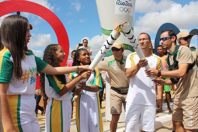Gustavo Liboa foi o primeiro a conduzir a tocha em Orocó (Foto: Amanda Lima)