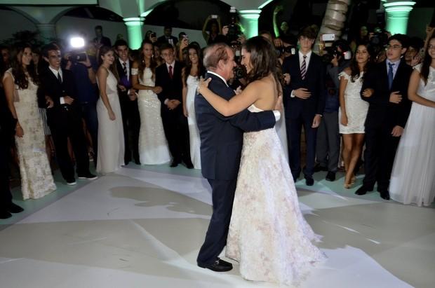 Renato Aragão dança valsa com a filha Lívian (Foto: Roberto Teixeira/EGO)