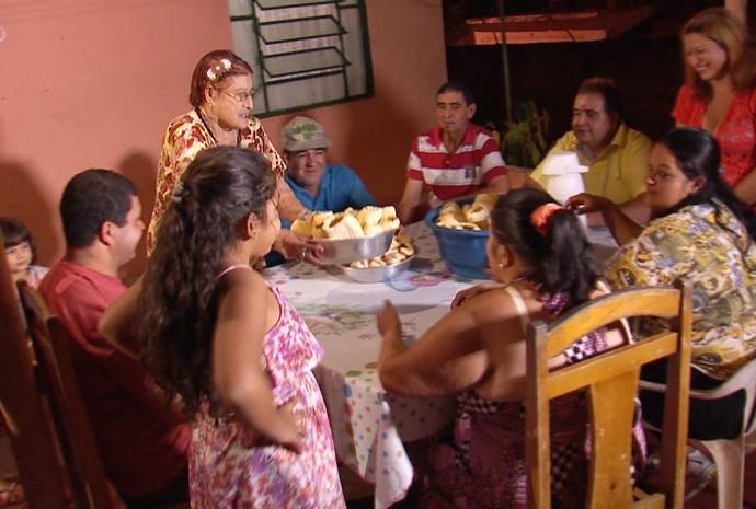 Na mesa, tem espaço e carinho pra todo mundo! (Foto: Reprodução / TV TEM)