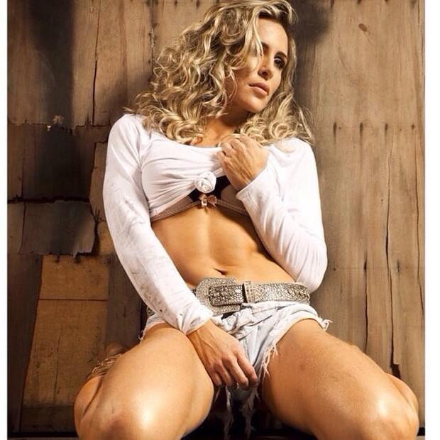Joana Machado exibe barriga sarada em foto