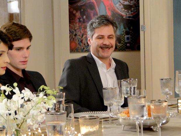Otto adora a surpresa, enquanto que Conrado não disfarça  (Foto: Cheias de Charme / TV Globo)