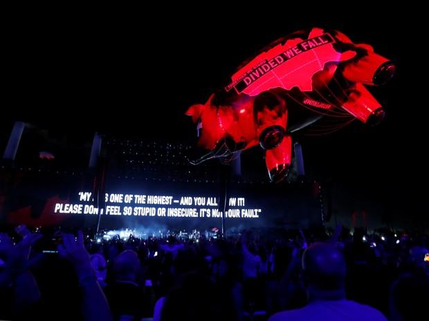 Porco inflável flutua sobre a multidão durante show de Roger Waters no festival Desert Trip, em Indio, California (EUA) (Foto: REUTERS / Mario Anzuoni)
