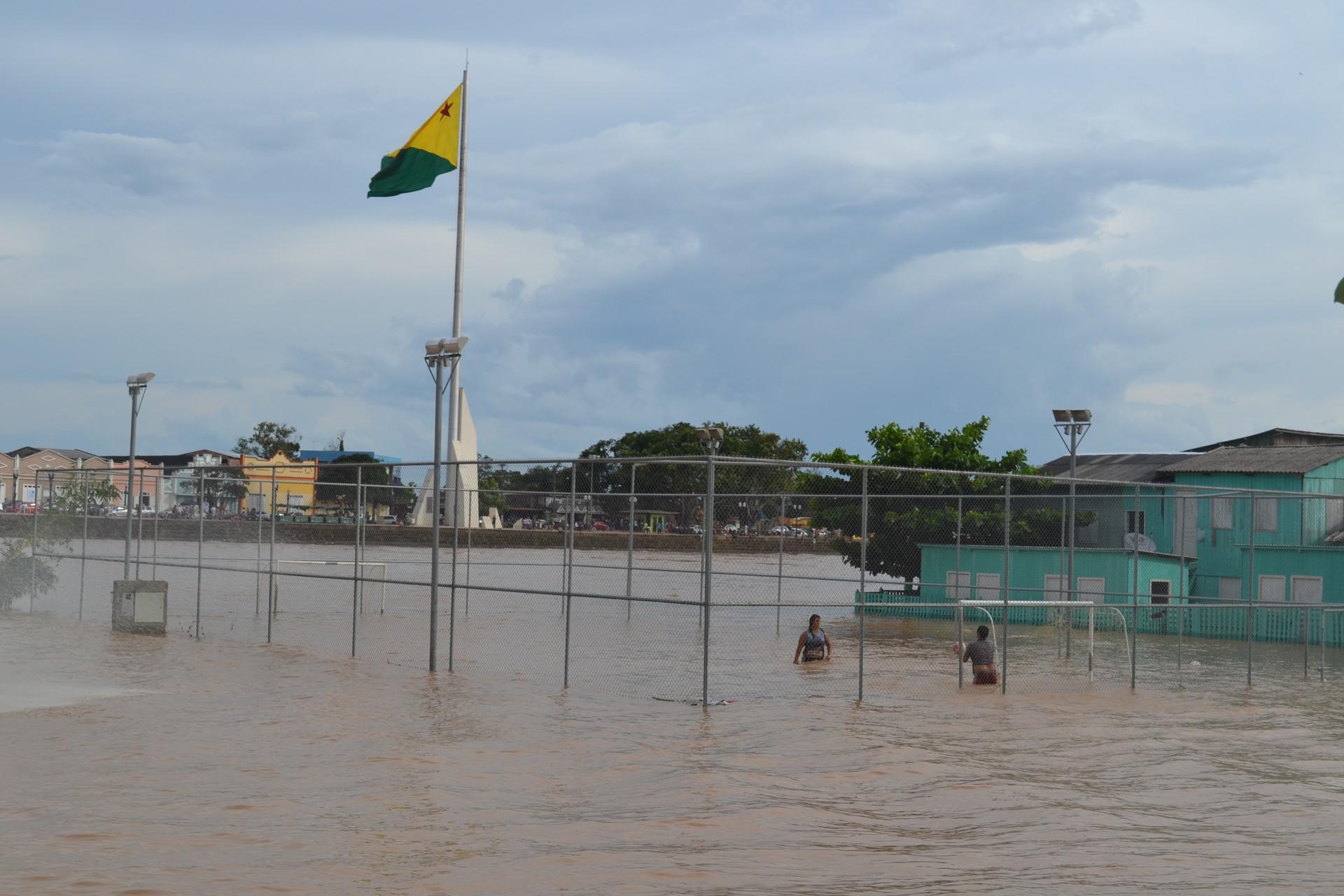 Rio Acre transbordou e desabrigou 267 pessoas que foram para o Parque de Exposições  (Foto: Duaine Rodrigues )
