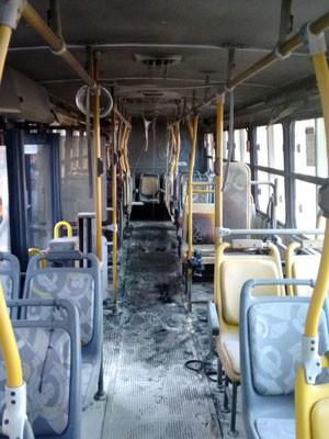 Parte interna do ônibus foi atingida pelas chamas (Foto: PM/Divulgação)