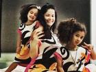 Samara Felippo posa usando roupa igual às das filhas: 'Festa do pijama'